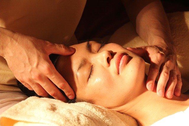 recevoir un massage ayurvédique pour se détendre